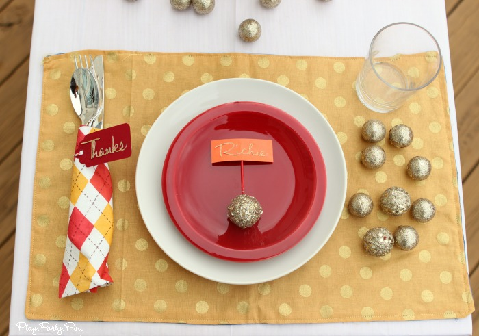 Easy Thanksgiving place setting idea, love the glitter thanks cards and name cards