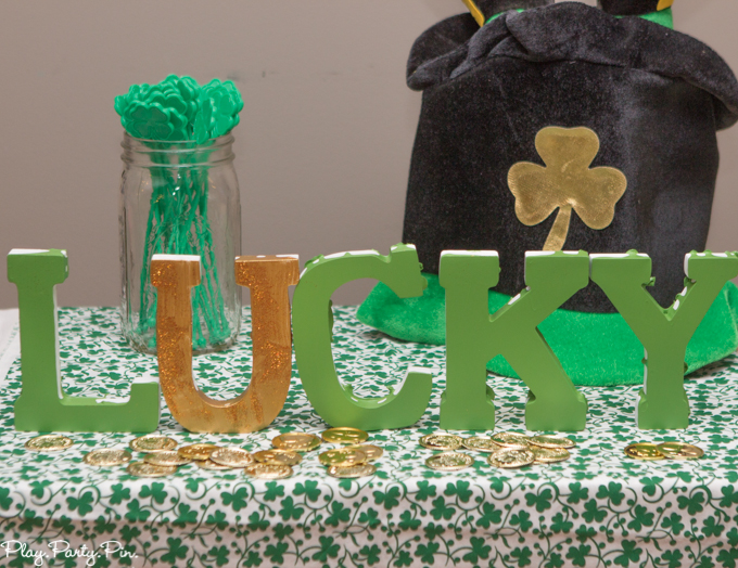 Easy St. Patrick's Day party decorations from www.playpartypin.com