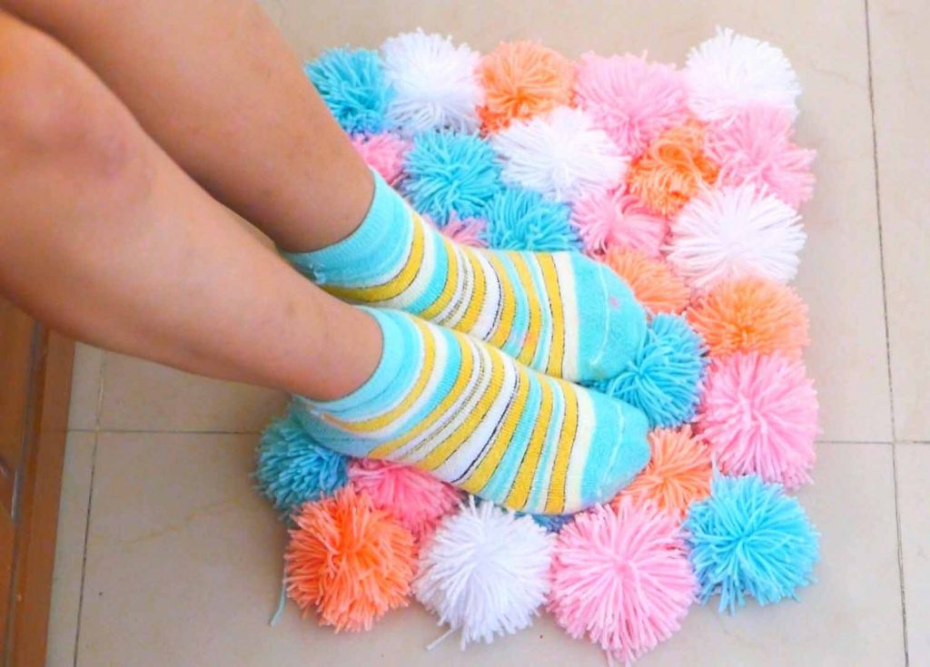 how-to-make-a-pom-poms-rug00